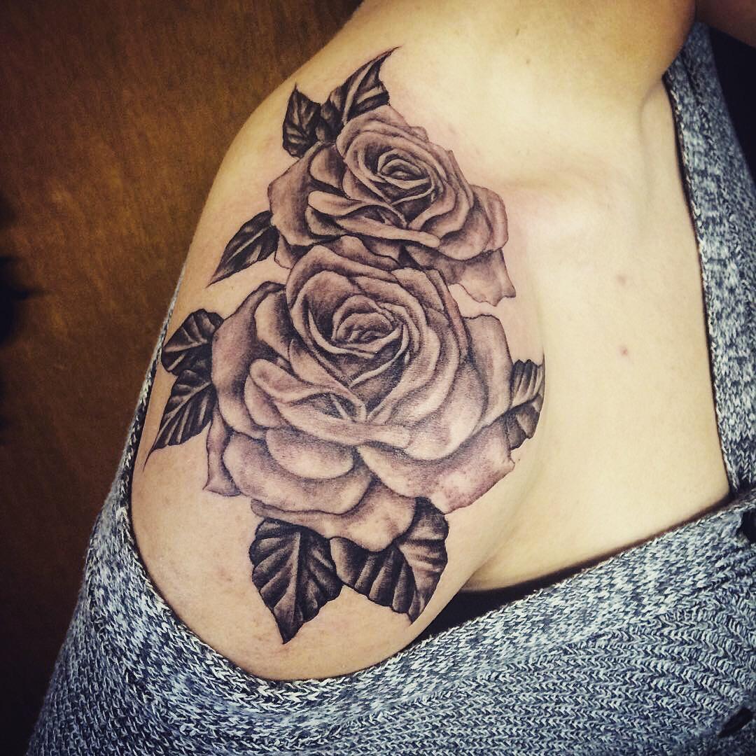 tatouage d'épaule rose